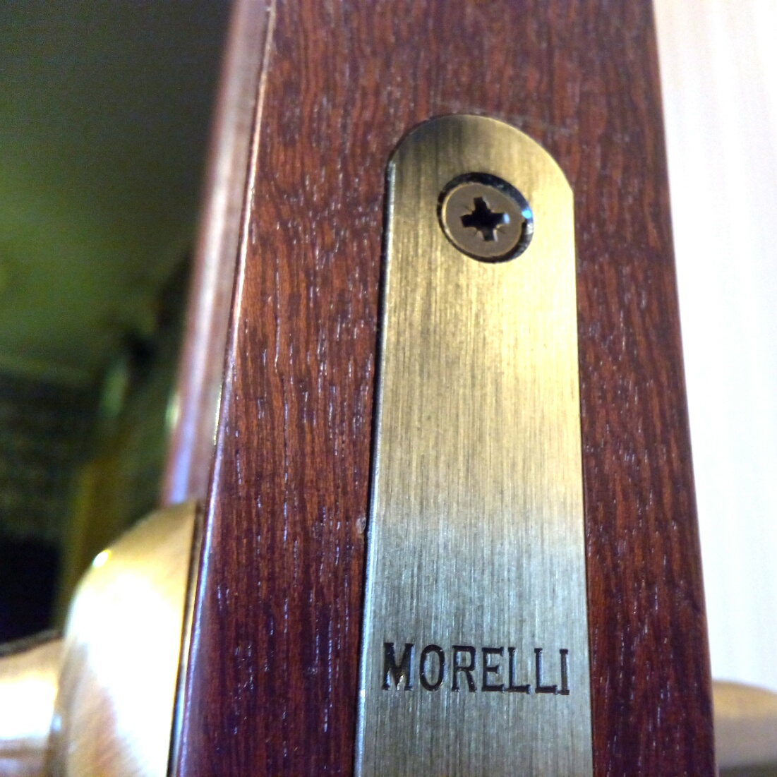 Качественный инструмент позволяет качественно врезать фурнитуру в двери. На фото - врезка замка
