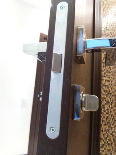 Итальянский замок AGB с пластиковым язычком врезан в дверное полотно фрезером