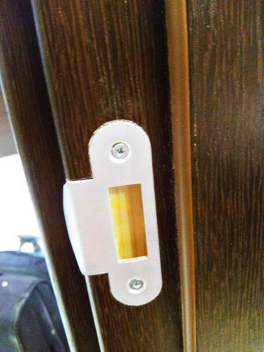 Ответная часть замка врезана фрезером в дверную коробку