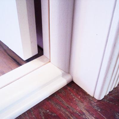 Дверь с порогом. Порог изготовили из элемента дверной коробки